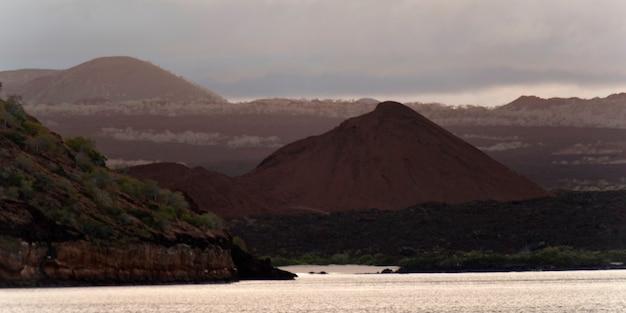 Pacyficzny ocean z pasmem górskim w tle, santiago wyspa, galapagos wyspy, ekwador