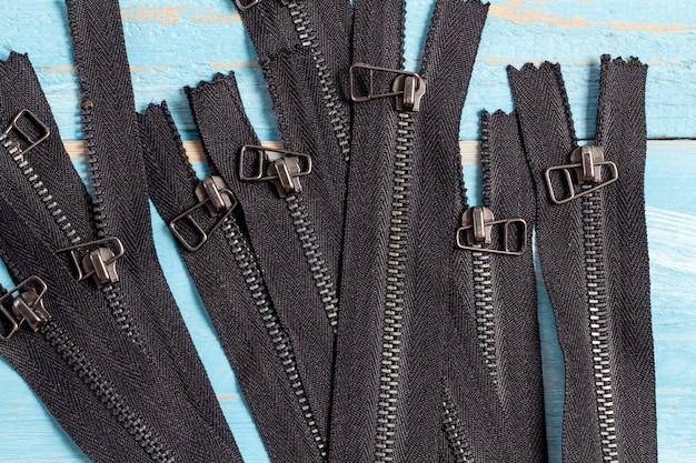 Paczka czarnych metalowych zamków błyskawicznych