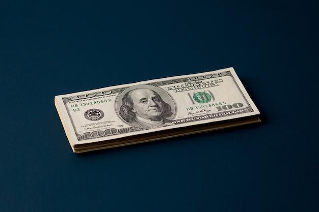 Paczka dolarów na ciemnej powierzchni