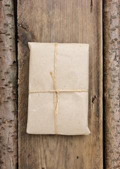 Paczka owinięta brązowym papierem siarczanowym i przewiązana sznurkiem