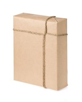 Paczka owinięta brązowym papierem związaną liną na białym tle