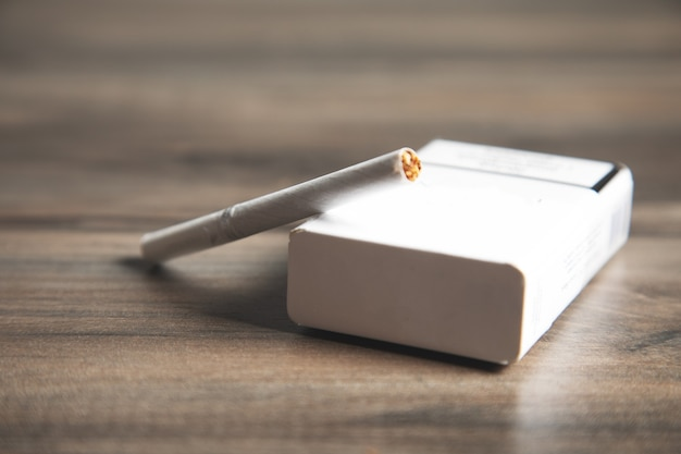 Paczka papierosów na drewnianym stole