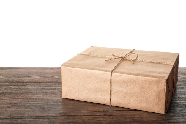Paczka pudełko na stole przed białym