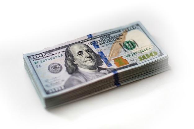 Paczka setek dolarów amerykańskich na białym tle 100 banknotów walutowych biznes inflacyjny