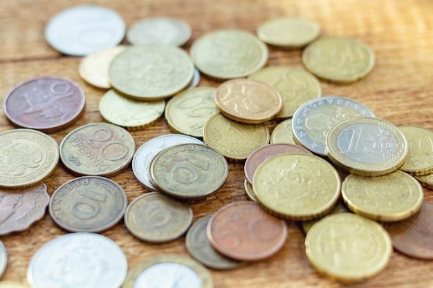 Paczka starych zardzewiałych mosiężnych monet