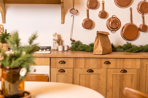 Paczka z dostawą jedzenia znajduje się we wnętrzu świątecznym