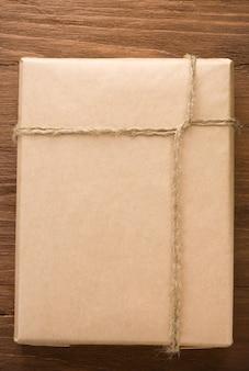Paczka zapakowana w pudełko na drewnianym stole