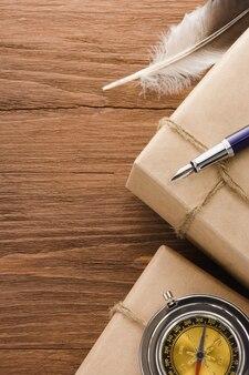Paczka zawinięta w brązowy papier zawiązany liną na drewnianym stole