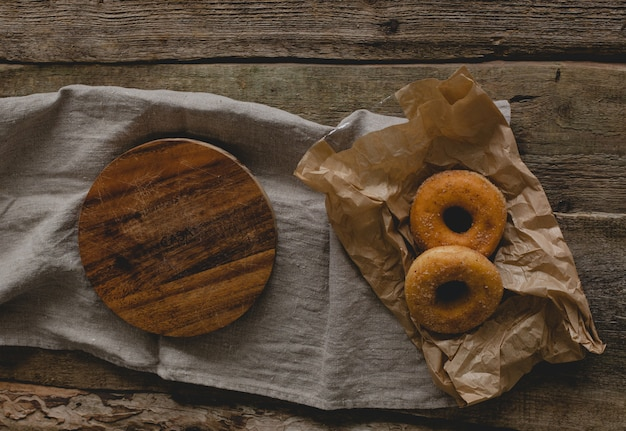 Pączki i drewniana taca