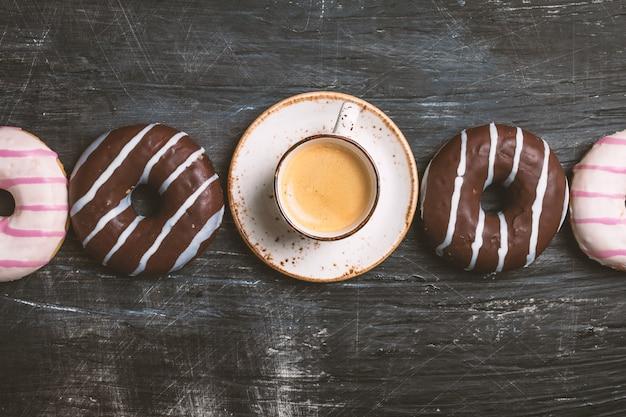 Pączki i widok z góry kawy