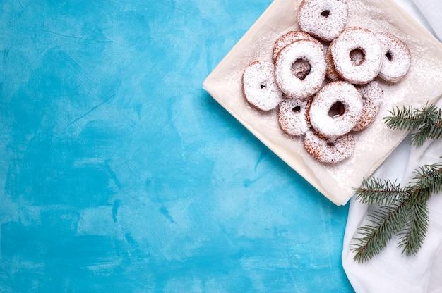 Pączki z cukrem w proszku na niebiesko.