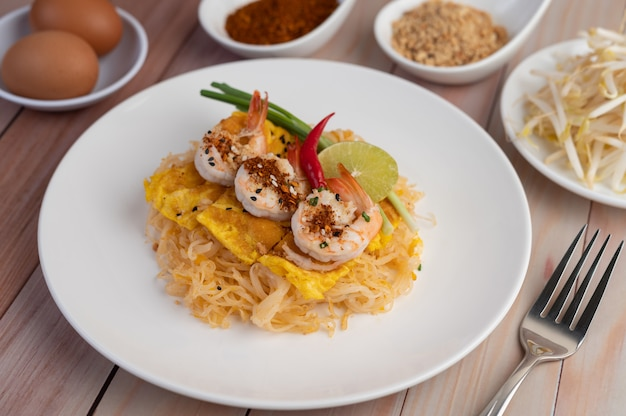 Pad tajlandzką świeżą krewetkę w białym talerzu.