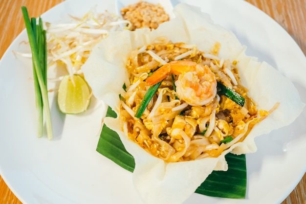 Pad thai makaron z krewetek lub krewetek na górze