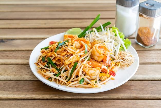 Pad thai mieszaj smażony makaron ryżowy z krewetkami