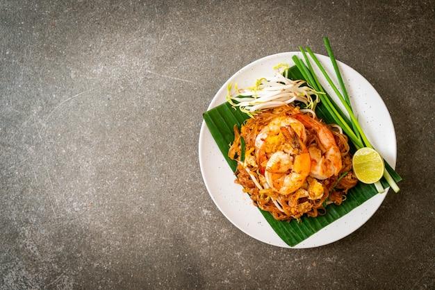 Pad thai, smażony makaron ryżowy z krewetkami, kuchnia tajska