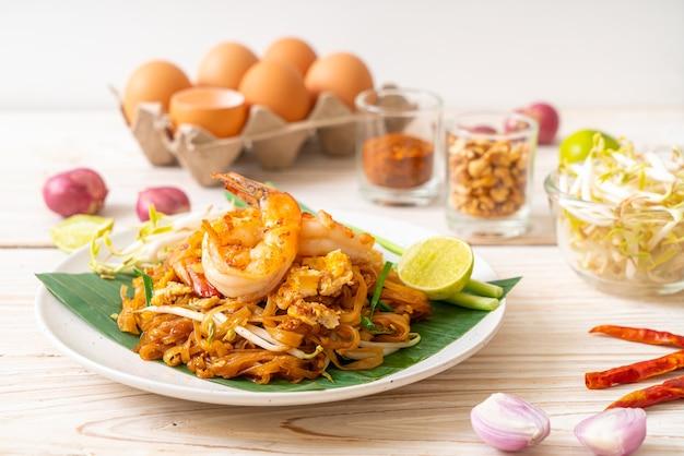 Pad thai - smażony makaron ryżowy z krewetkami - po tajsku