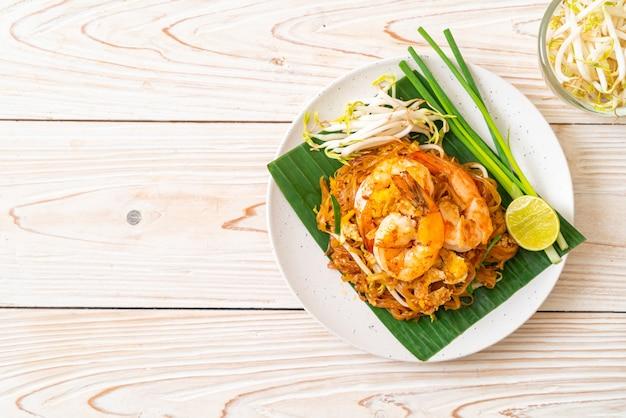 Pad thai - smażony makaron ryżowy z krewetkami - tajskie jedzenie