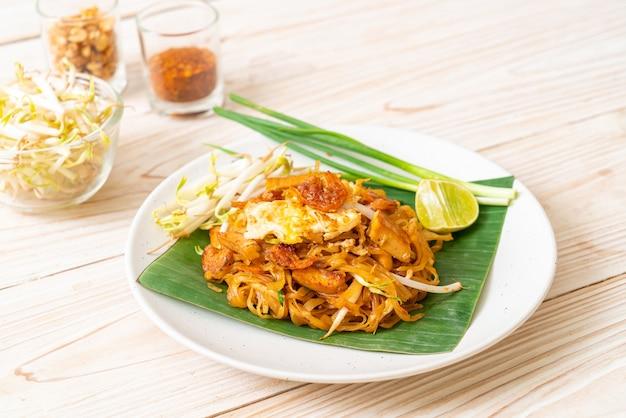Pad thai - smażony makaron ryżowy z suszoną soloną krewetką i tofu
