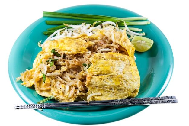 Pad thai, tajskie jedzenie smażony makaron z krewetkami. zawijaj jajka na białym talerzu