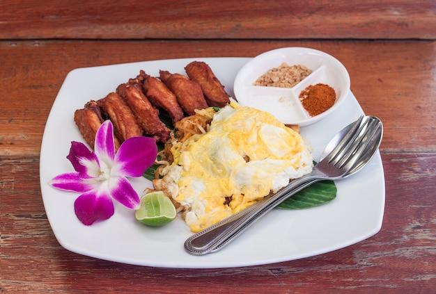 Pad thai ze smażonym kurczakiem i jajkiem