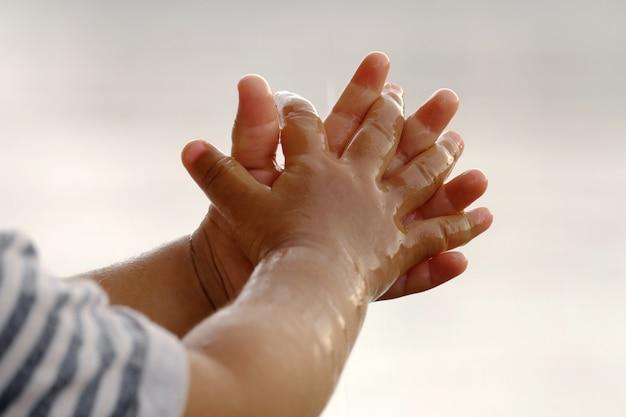 Pada na dziecięce ręce.