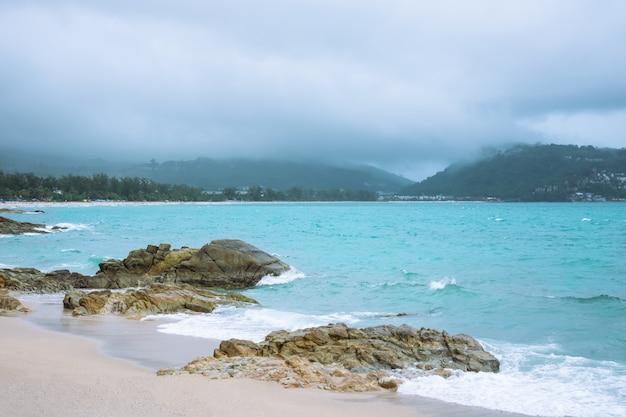 Pada w morzu i przychodzi na plażę.