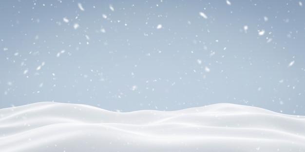 Padający śnieg na zaśnieżonej powierzchni