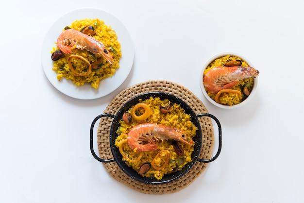 Paella typowe hiszpańskie jedzenie w granitowym tle