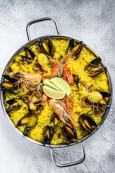 Paella z krewetkami z owoców morza, krewetkami, małżami