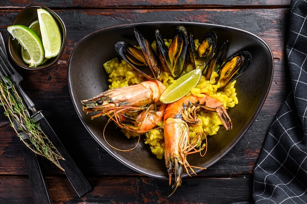 Paella z owocami morza z krewetkami lub krewetkami i małżami