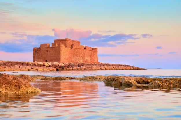 Pafos harbour castle w pathos, cypr, na zachodzie słońca