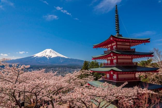 Pagoda chureito i mt. fuji w okresie wiosennym z wiśniowych kwiatów w fujiyoshida, japonia.
