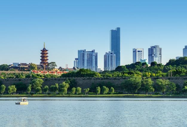Pagoda i mury miejskie nad brzegiem jeziora xuanwu, nanjing, chiny.