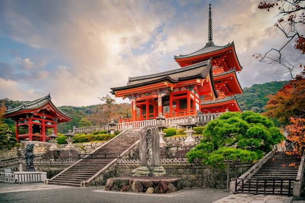 Pagoda sanjunoto i świątynia kiyomizu-dera jesienią, kioto, japonia