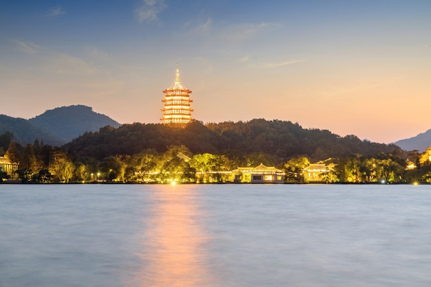 Pagoda światła znajduje się na zachodnim jeziorze w chinach, hangzhou.