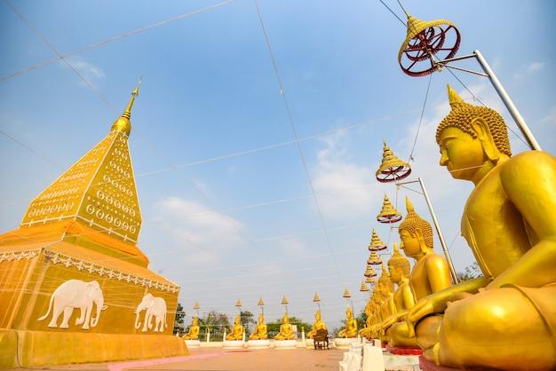 Pagoda tajski z posągiem buddy w świątyni tajlandii