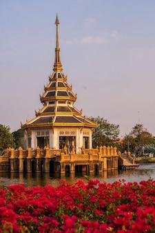 Pagoda w miejscu parkowym w pobliżu świątyni chaloem phrakiat worawihan