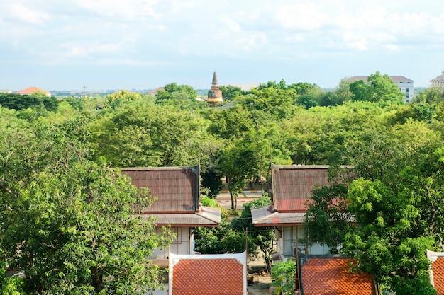 Pagoda zi niebieskie niebo przy watem yai chaimongkol, phra nakhon si ayutthaya, tajlandia.