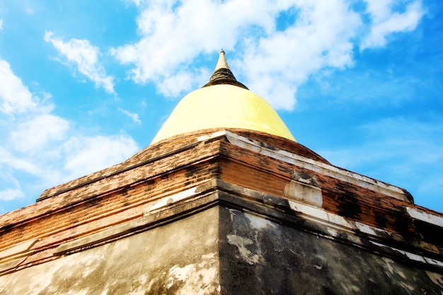 Pagoda żółtego płótna na wat yai chaimongkol, phra nakhon si ayutthaya, tajlandia.