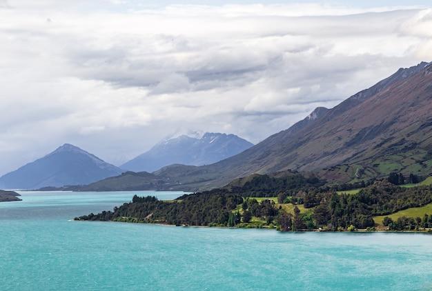 Pagórkowate krajobrazy nad brzegiem jeziora wakatipu w nowej zelandii