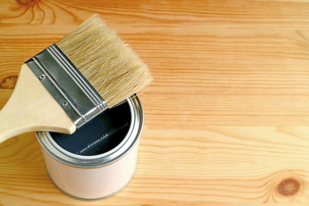 Paintbrush na otwartej farbie może odizolowywać na drewnie