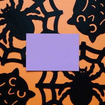 Pająki i sowy z kopią miejsca w środku na halloween