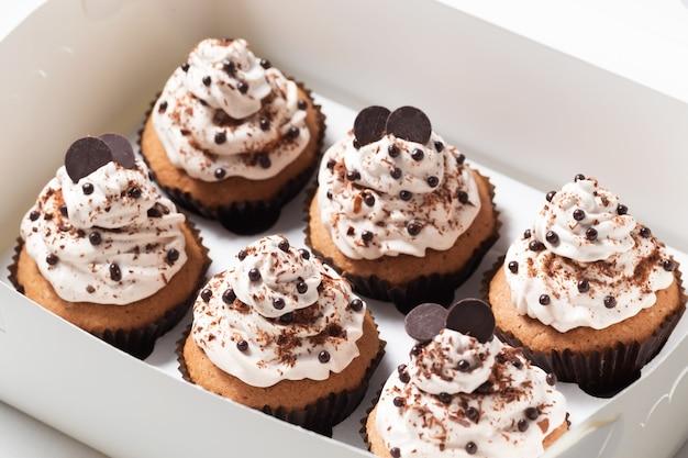 Pakiet babeczek pudełko dostawcze z babeczkami kawowymi ozdobionymi kremowym i czekoladowym tłem