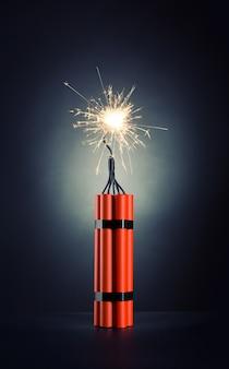 Pakiet dynamitu z płonącym knotem