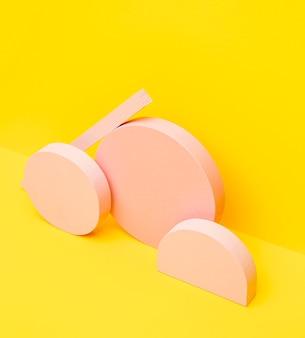 Pakiet o geometrycznym kształcie na biurku