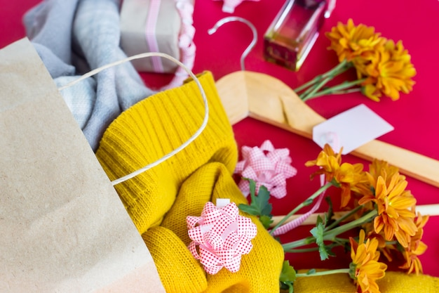 Pakiet papieru z zakupami dla kobiet - ubrania, prezenty, perfumy, kwiaty