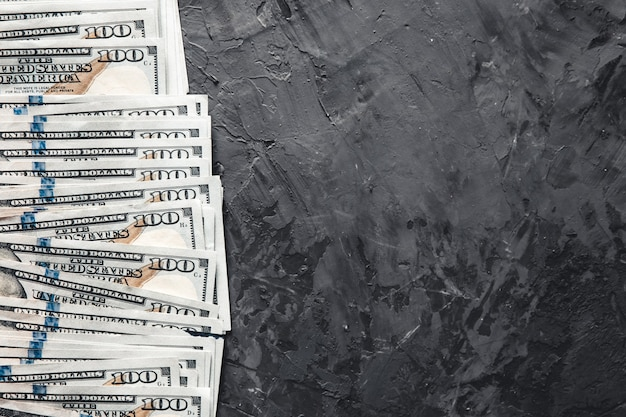 Pakiet pieniędzy na ciemnym tle. koncepcja biznesowa, wynagrodzenie, możliwości.