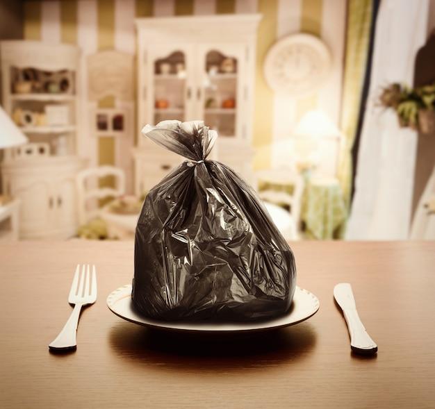 Pakiet śmieci na talerzu w luksusowym mieszkaniu