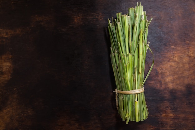 Pakiet trawy cytrynowej na czarnym tle