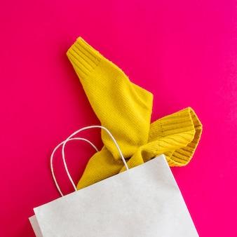 Pakiet z papieru z zakupami odzieży damskiej